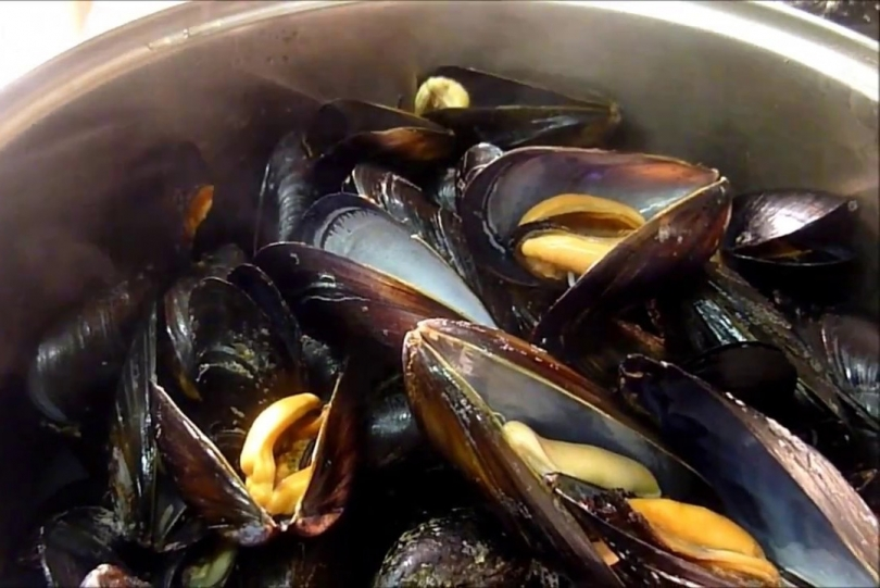Black mussels with lemon sauce